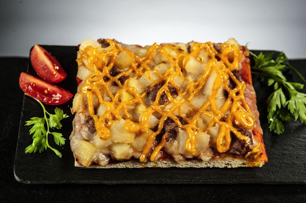 Pizza de patatas bravas y longaniza