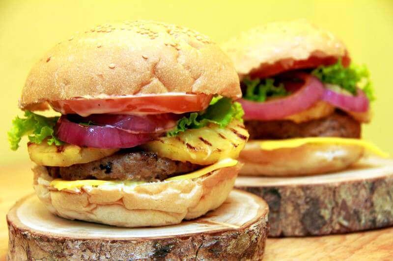 Hamburguesa con queso, piña y cebolla en Reus